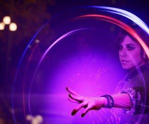 Девушка со свекольными волосами позирует на снимках новой Infamous