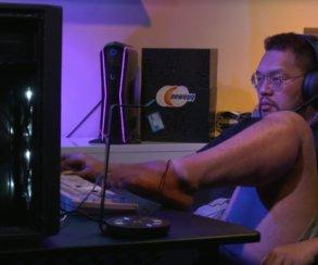 Игрок в StarCraft выигрывает матч... левой ногой!