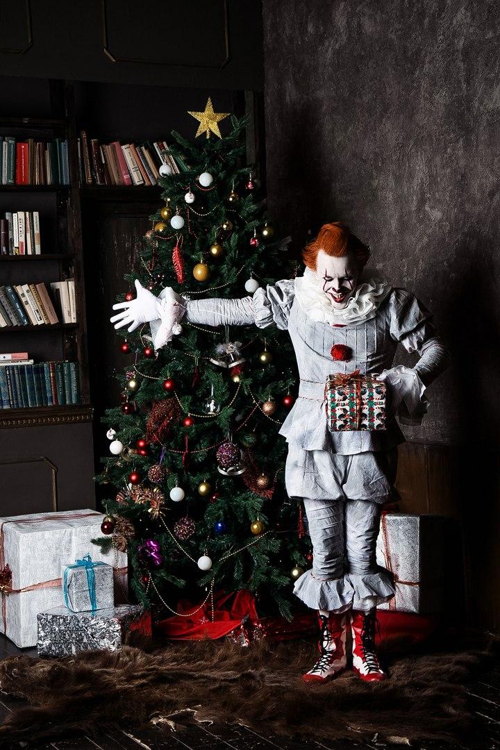 Самый жуткий новогодний косплей дня: клоун Пеннивайз изфильма «Оно» меняет имидж. - Изображение 7