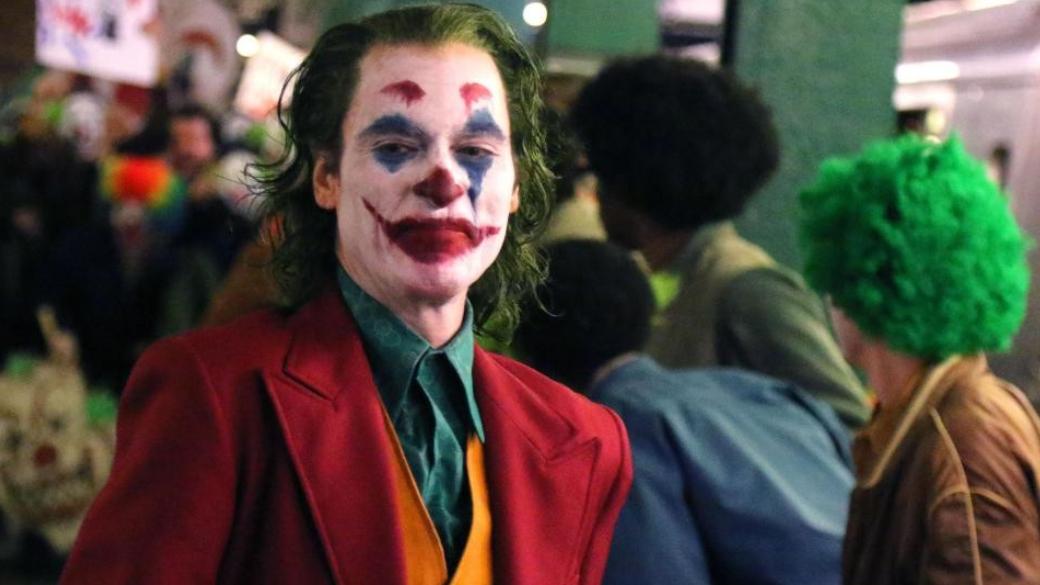 Жуткий клоун на свежих кадрах со съемок «Джокера» с Хоакином Фениксом | Канобу - Изображение 2720