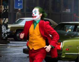 Шикарные фото: Хоакин Феникс участвует всъемках опасного трюка для сольного «Джокера»