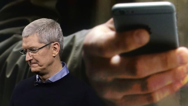 Продажи iPhone упали впервые в истории